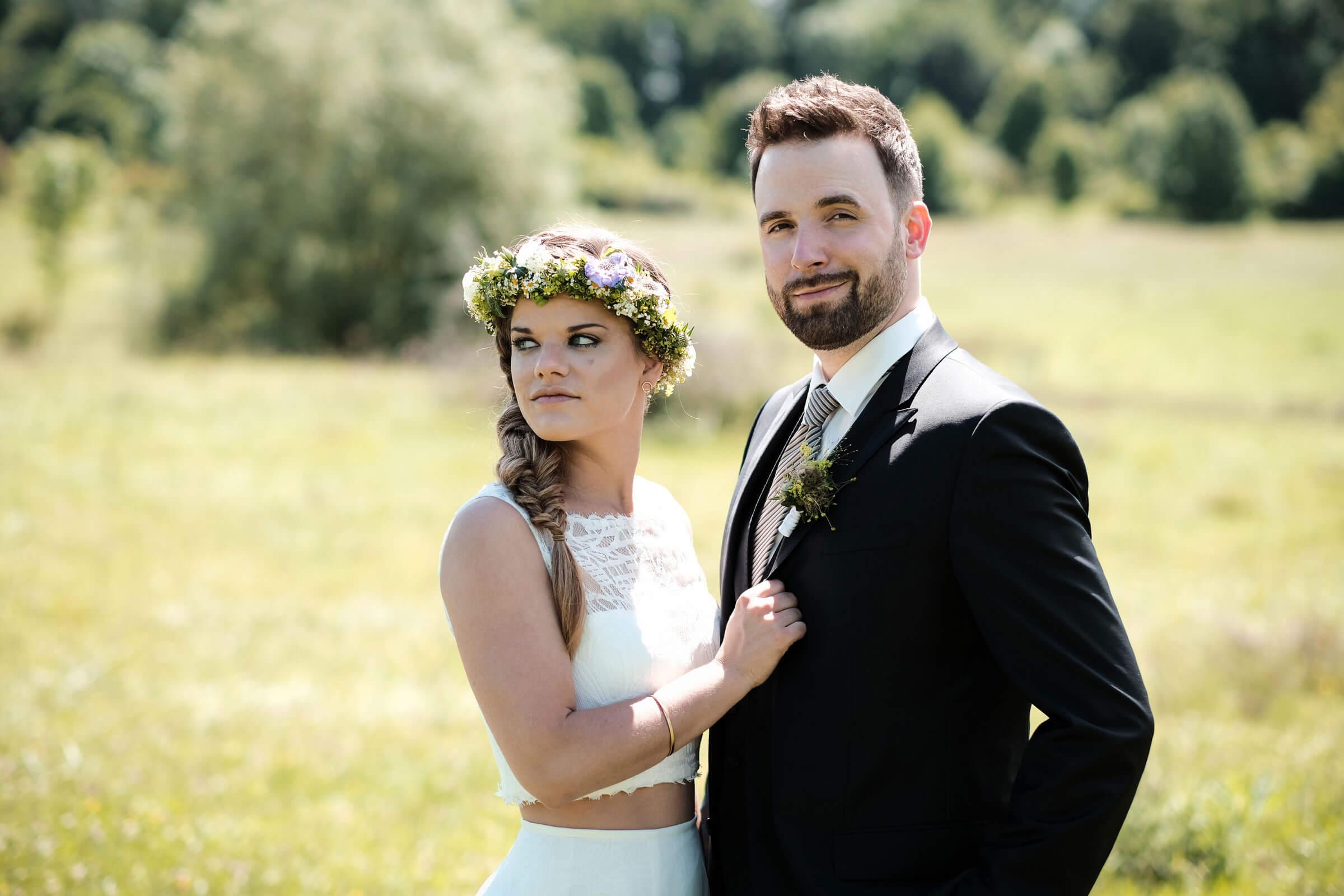 Zweiteiler Brautkleid mit Blumenkranz Kopfschmuck