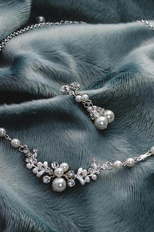 Perlenkette und Ohrringe für die Braut