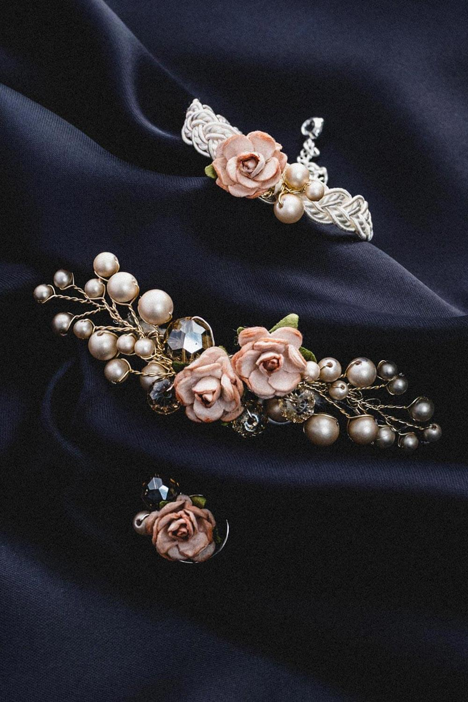 floraler Brautschmuck. Brosche, Armband und Ohrringe mit Perlen
