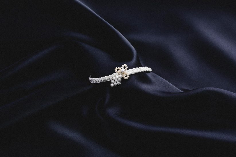 Brautschmuck, weiße Armbänder geflochten und mit feiner Spitze und Perlen