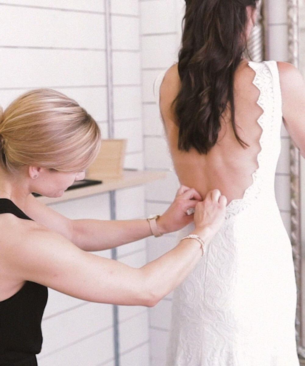 Brautkleid Anprobe im Brautmodengeschäft