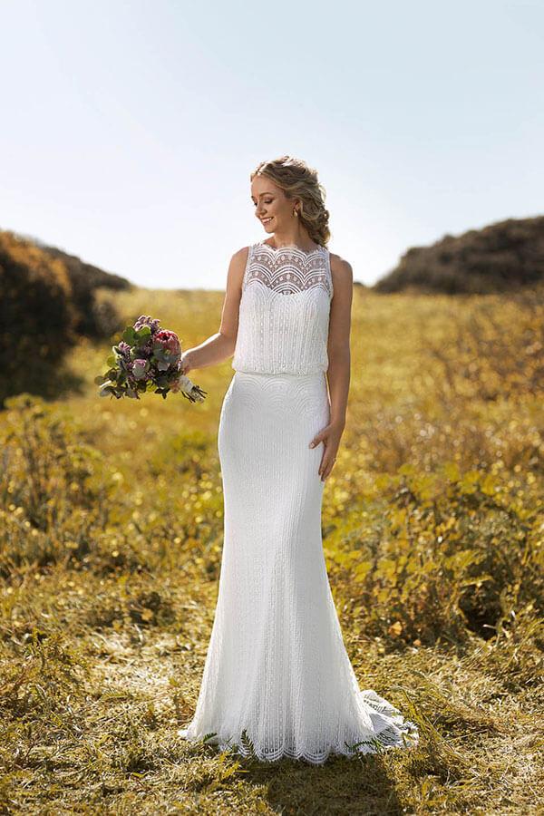 figurbetontes Brautkleid in Ivory auf wiese