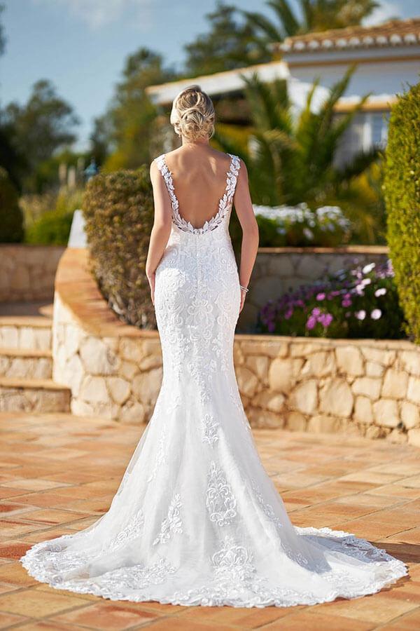 figurbetontes Brautkleid mit tiefem Rücken