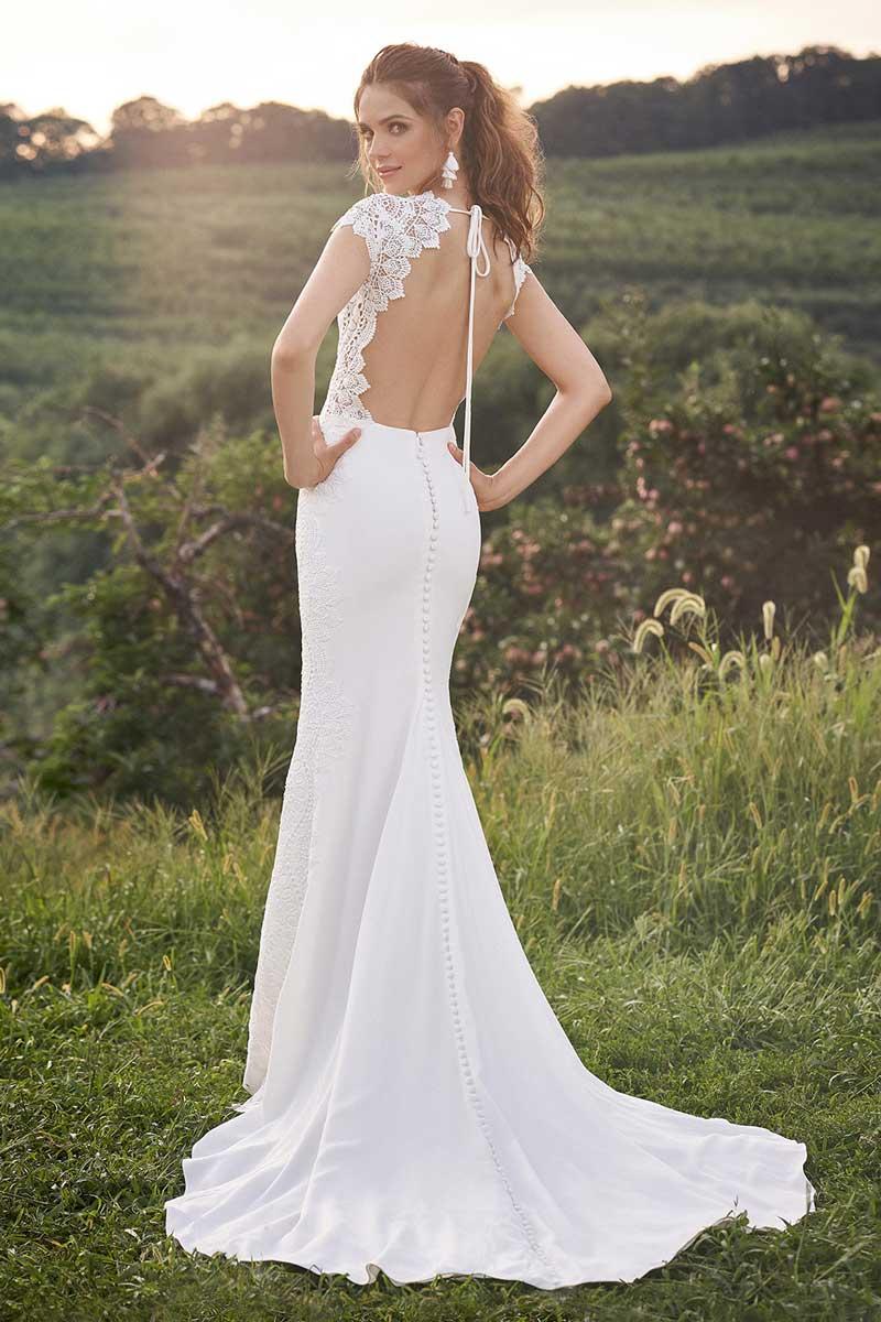 figurbetontes Brautkleid 3 auf Wiese