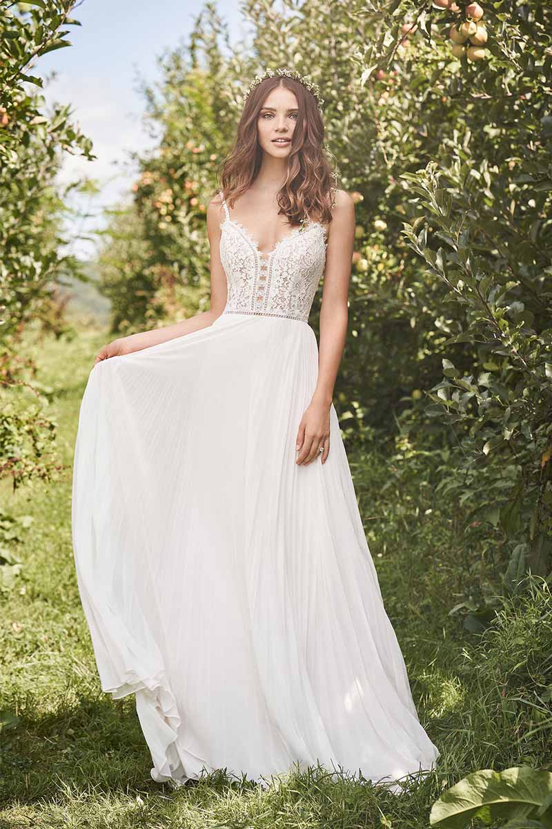 Schmal fliessendes Brautkleid 3 auf Apfelwiese