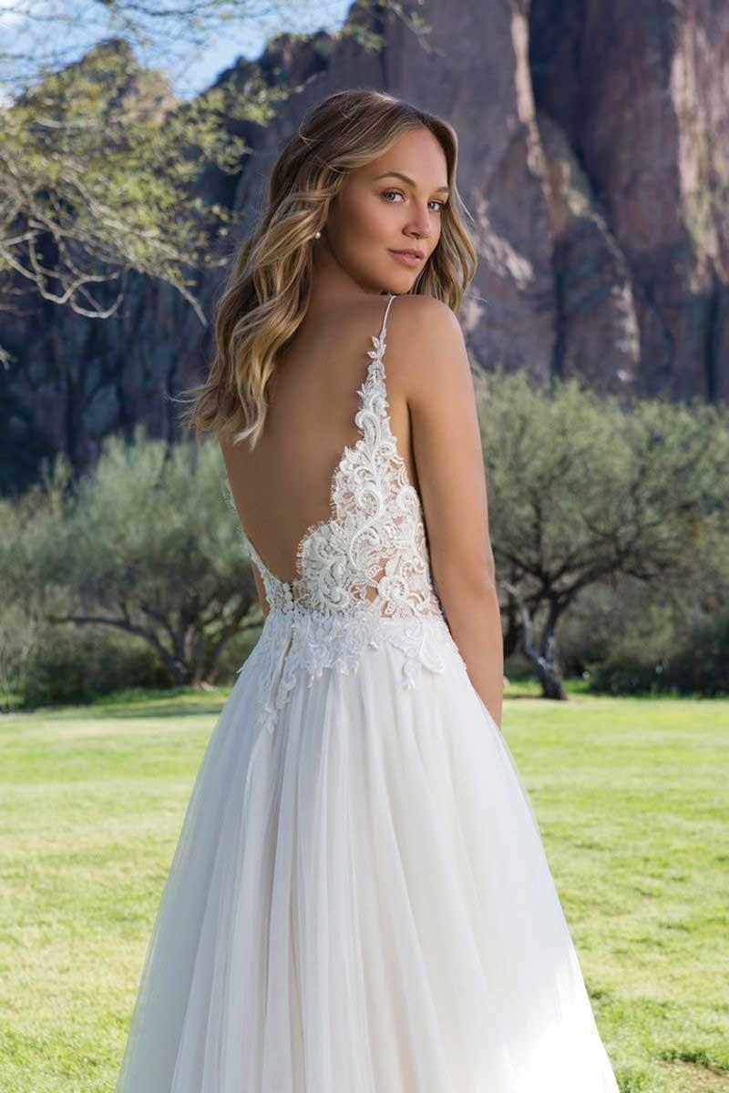 Schmal fliessendes Brautkleid 1