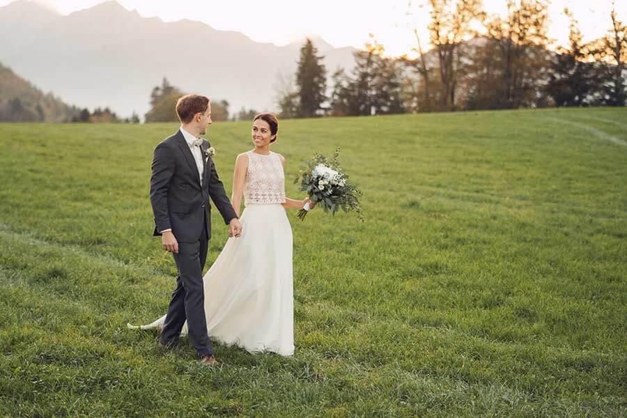 Brautpaar Braut mit Zweiteiler Hochzeitskleid